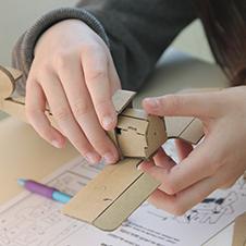 Une élève en train de monter sa maquette Kit et Colle
