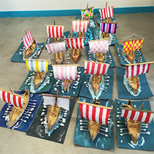 Des maquettes en carton représentant des Drakkars