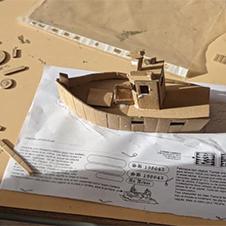 Maquette en carton d'un chalutier fabriqué par une classe de CE2-CM1