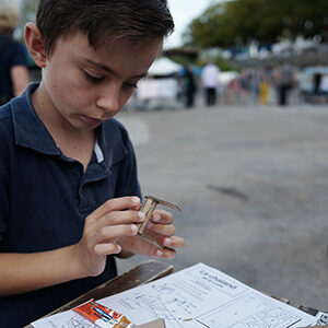 Enfant construisant la maquette en carton d'un chaland
