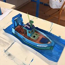 Maquette en carton d'un chalutier et son décor