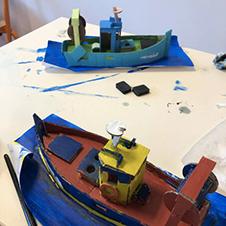 Deux maquettes en carton de bateaux